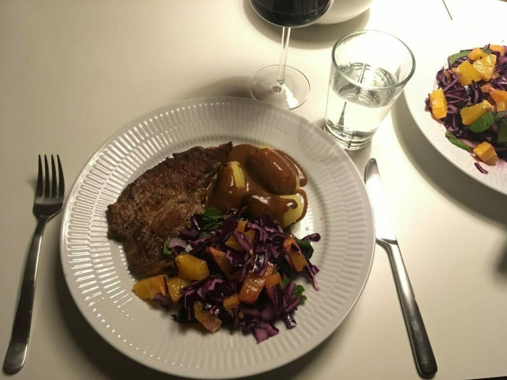 Rødkål salat serveret rødvin
