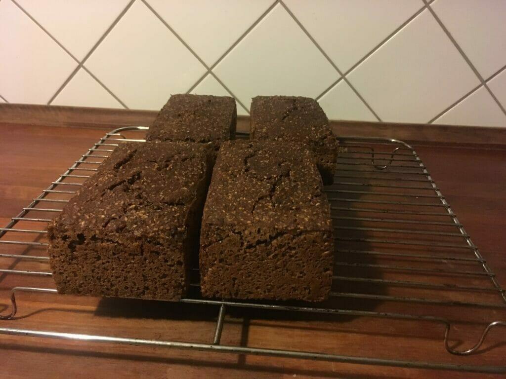 rugbrød opskrift bagt
