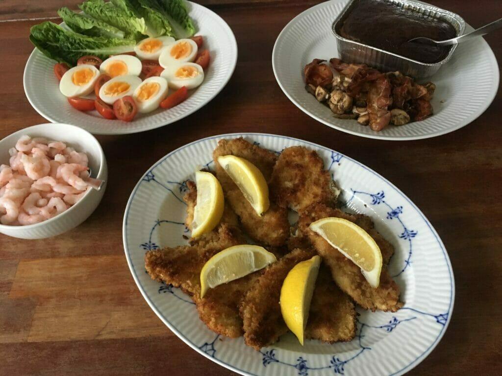 søndagsfrokost fisk rødspættefilet rejer æg tomat leverpostej
