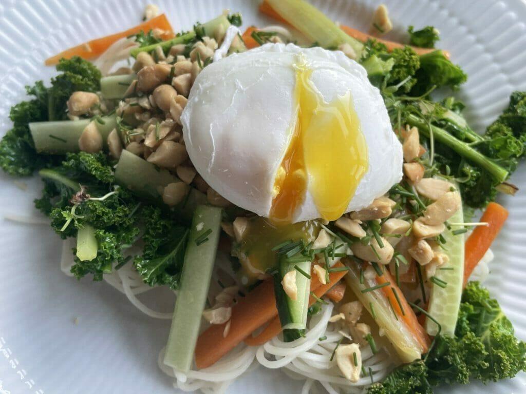 porchering porcherede porcheret æg med salat nudelsalat